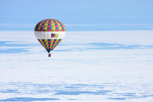 流氷の上を飛行する熱気球