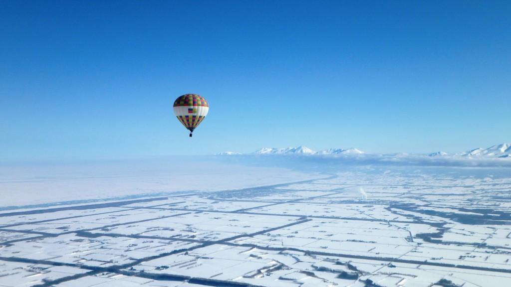 知床連峰と流氷を眺める熱気球フリーフライト写真