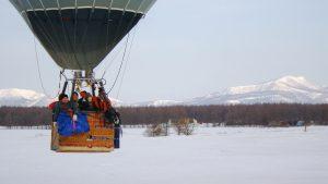 熱気球のゴンドラにお客様が乗っている写真