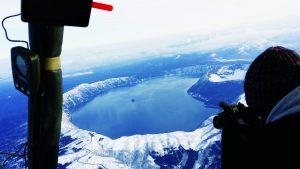 摩周湖上空からカメラを向ける女子写真