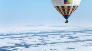 流氷の近くを飛ぶ熱気球を別の熱気球から撮影!