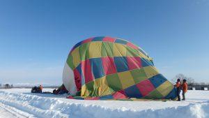 熱気球着地して球皮がしぼむ写真!